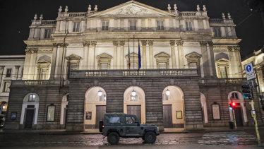 Il Teatro alla Scala quando è chiuso a Milano.