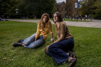 Students Hannah Moshinsky and Ruby Peer at Melbourne University.