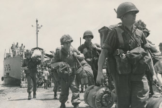 Troops of the 1st Battalion R.A.R. disembark on the beach at Vung Tau.