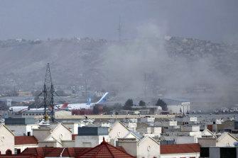 De la fumée s'échappe d'une explosion meurtrière à l'extérieur de l'aéroport de Kaboul, en Afghanistan, jeudi.
