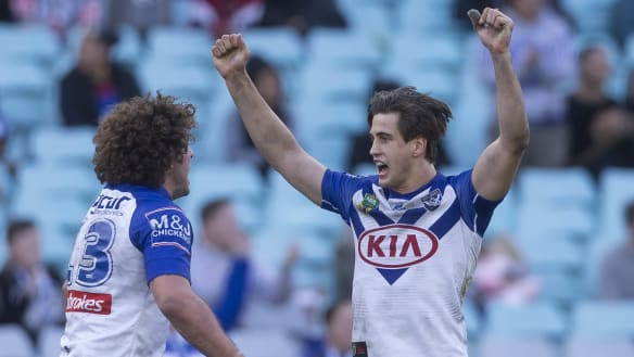 Bulldogs upset Warriors with late field goal from Lachlan Lewis