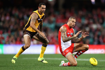 Buddy Franklin set up the Swans' opener by playing on from a mark 55 metres out.