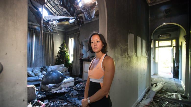 Sam Taylor di dalam rumahnya yang hancur oleh api.