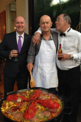 Lobsters, no mobsters: Sly of the Underworld (centre) sorts out the paella with the record-breaking duo.
