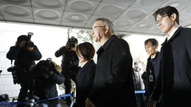 Former Supreme Court Chief Justice Yang Sung-tae, centre, arrives to attend a hearing for reviewing the prosecution's detention warrant at the Seoul Central District Court on Wednesday.