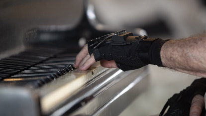'Magic gloves' give acclaimed pianist a new musical life