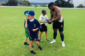 Addin Fonua-Blake with young Warriors fans on Friday.