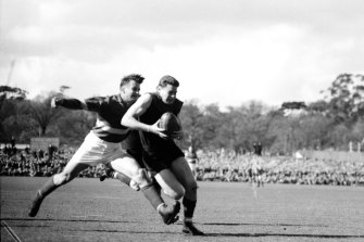 Melbourne superstar Ron Barassi escapes Footscray's Herb Henderson during the 1954 grand final.