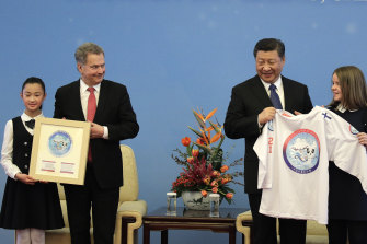 Finnish President Sauli Niinisto and Chinese President Xi Jinping receive T-shirts at the  2019 China-Finland Year of Winter Sports at the Great Hall of the People in Beijing.