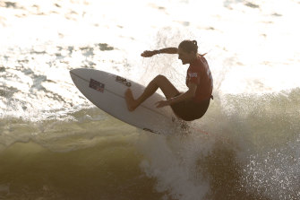Gilmore knocked out of surfing in heats; Titmus-Ledecky showdown looms