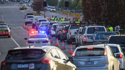 Long queues at Albury-Wodonga as NSW Premier warns of tougher border restrictions