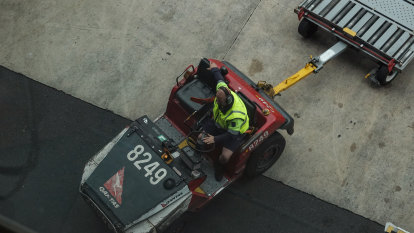 Qantas fails to delay push to reinstate 2000 sacked workers