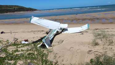 A 29-year-old British backpacker died and two of the three other passengers, including pilot Les Woodall, were seriously injured when the Cessna 172 crashed near Middle Island.