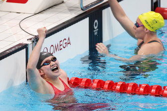 Li Bingjie celebrates China's winning gold in the women's 4 x 200m freestyle relay final, ahead of the US and Australia.