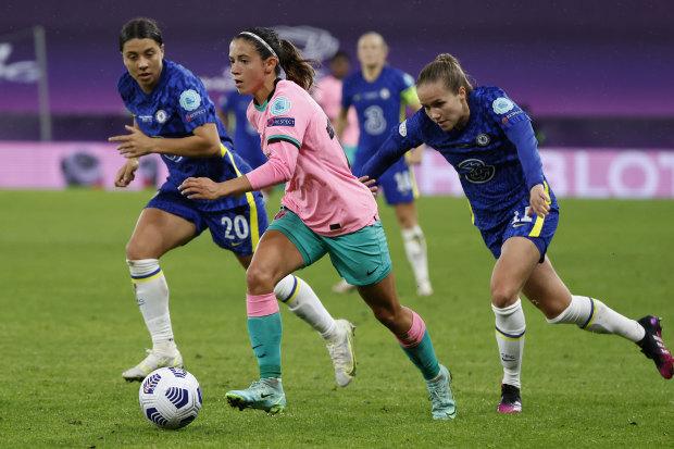 Sam Kerr tries to keep tabs on Barca goalscorer Aitana Bonmati.