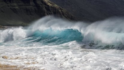 Hawaii braces for storm that could bring waves of up to 18 metres