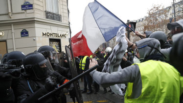Police officers clash with 'yellow vest' demonstrators.