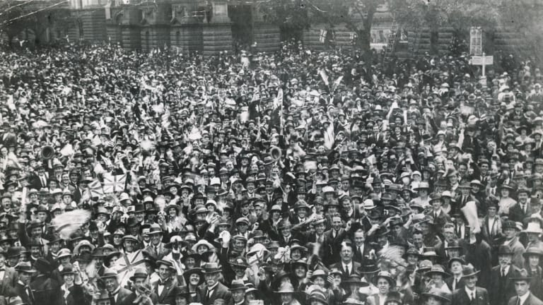 Crowds in front of the Town Hall, Melbourne for Armistice Day.