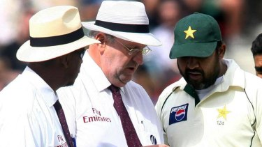 Eyes on the ball: Cricket umpires Darrell Hair, centre, and Billy Doctrove, left, examine the match ball with Pakistan captain Inzamam-ul-Haq.