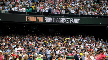 Australian players stand with SCG crowd to thank firefighters