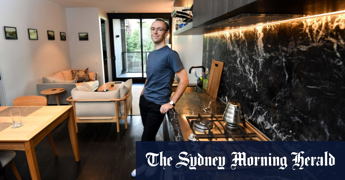 'I'd be crazy not to move': Melbourne tenants upgrade as apartment rents fall to 2010 prices