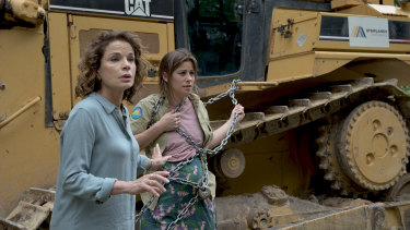 Sigrid Thornton as Laura Gibson with her now-adult daughter, played by Brooke Satchwell.