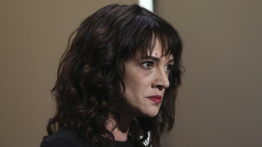 Actress Asia Argento has threatened to sue Rose McGowan over comments about a sexual encounter with actor Jimmy Bennett.
