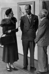 Pioneer North Shore gallerist John Brackenreg (centre) in 1954 with Elsie Dangerfield and artist John Rowell.