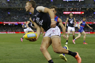 Patrick Cripps looks to dish off a handball against the Western Bulldogs.