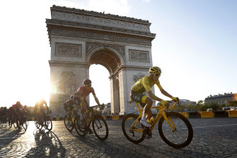 Egan Bernal passes the Arc de Triomphe.