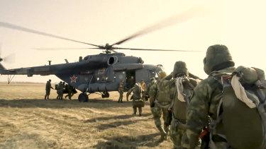 Unidades de las Fuerzas Especiales rusas abordan un helicóptero durante el entrenamiento en la región de Tambov, la región militar occidental de Rusia.