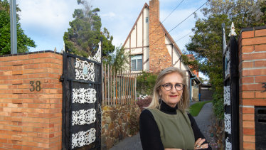 Beaumaris Modern president Fiona Austin in front of the Esme Johnston house.