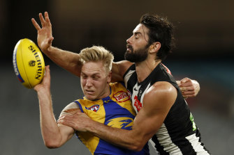 Oscar Allen of the Eagles and Collingwood's Brodie Grundy go head to head.