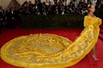 Rihanna arrives at the 2015 Met Gala in a gown by Guo Pei.