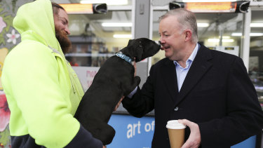 Ripley gives Anthony Albanese a kiss on the campaign trail.