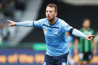 A brace by striker Adam Le Fondre against Western United helped Sydney FC leapfrog Melbourne City at the top of the table.