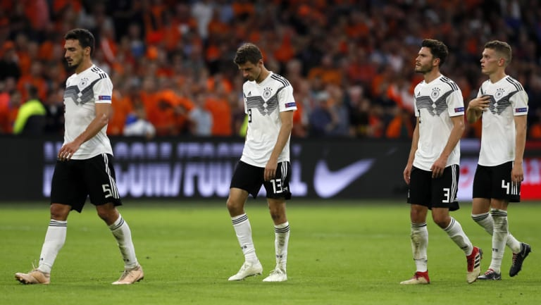 The German team leaves the pitch disappointed.