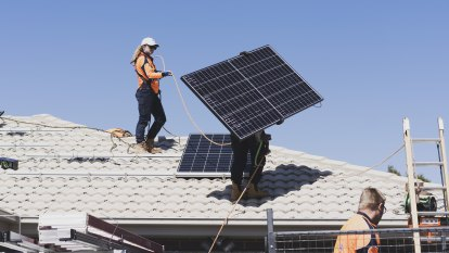 Energy experts slam plan to charge households supplying solar to the grid