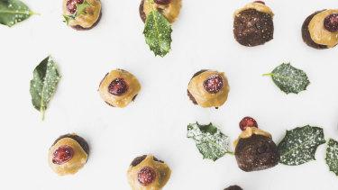 Sabrina Muscat, the woman behind vegan blog Rawspirations, has created chocolate chip pudding bliss balls for Christmas.
