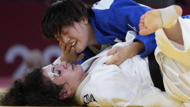 Медина Таймасова с травмой глаза соревнуется с японкой Сисуру Араи в полуфинале по дзюдо до 70 кг.
