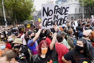 Pengunjuk rasa Australia Day di luar Gedung Parlemen.