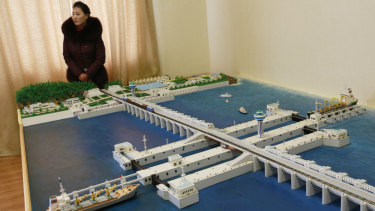 A model of the West Sea Barrage built in Nampo.