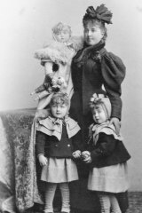 After three years of marriage, Elizabeth was already a mother of three.