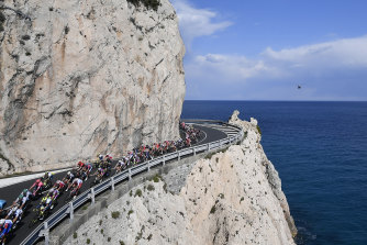 The peloton on the coastline.