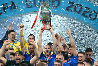 Italy celebrate after winning Euro 2020 in a penalty shootout.