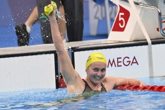 Ariarne Titmus celebrates after her 400-metre freestyle final win.
