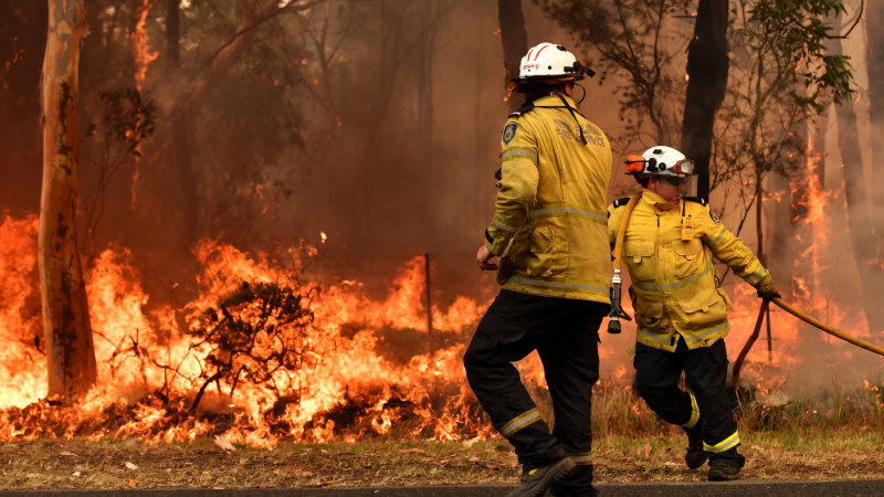 Lives and homes under threat as bushfire tears through Perth hills