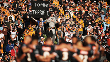 Players and spectators pay respect during a minute's silence for the late Tommy Raudonikis at Leichhardt Oval.