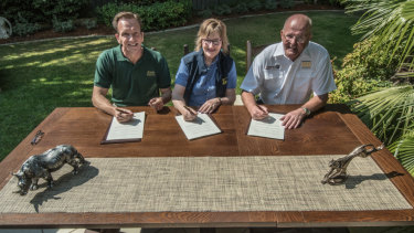 Signing the memorandum, (from left) Mandai Park Holdings Group CEO Mike Barclay, Wellington Zoo Trust CEO Karen Fifield and National Zoo & Aquarium director Richard Tindale