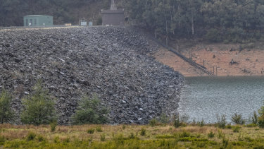 The embankment of the Upper Yarra Dam needs to be repaired as it presents an intolerable flood risk.
